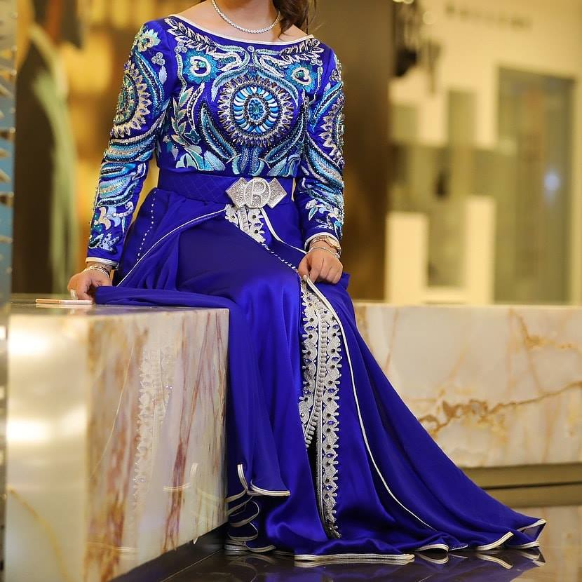 Vente caftan marocain moderne Bleu 2019 - Caftans Marocains 05680e4f591
