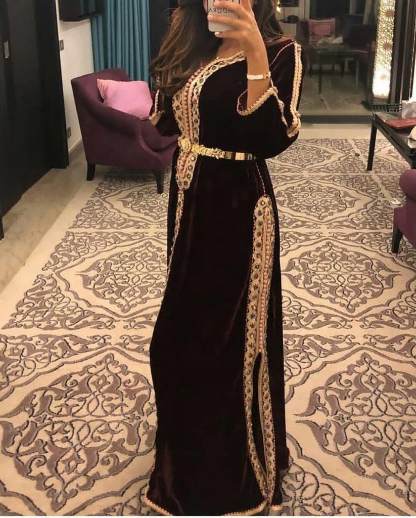 Modèle caftan marocain moderne simple 2019 en couleur noire